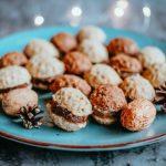 Plněné ořechy na ozdobném talíři