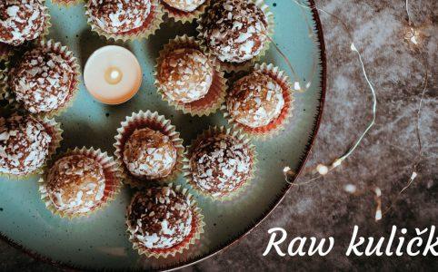 Tři druhy raw kuliček na talíři