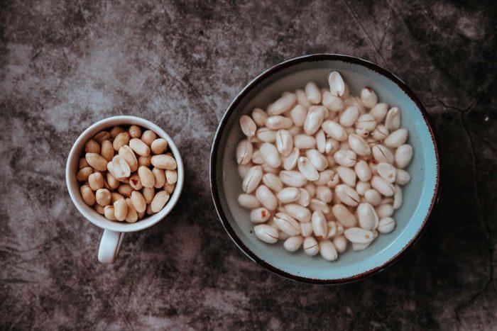 Namočené naturální arašídy v misce