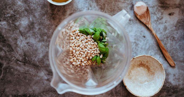 Ingredience na pesto v mixéru