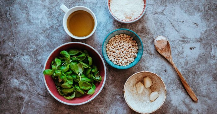 Ingredience na výrobu bazalkového pesta