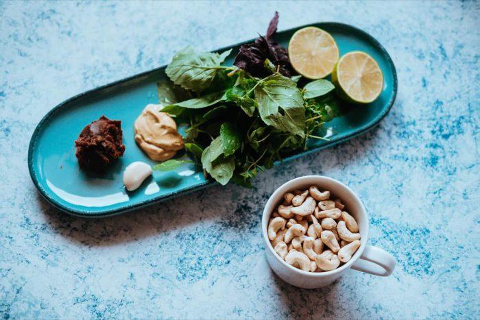 Ingredience na letní zálivku na salát
